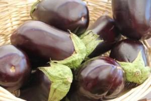 Na nakladané baklažány sú najlepšie čerstvé, mladé a stredne veľké plody