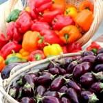 rozne farby paprik a baklazan